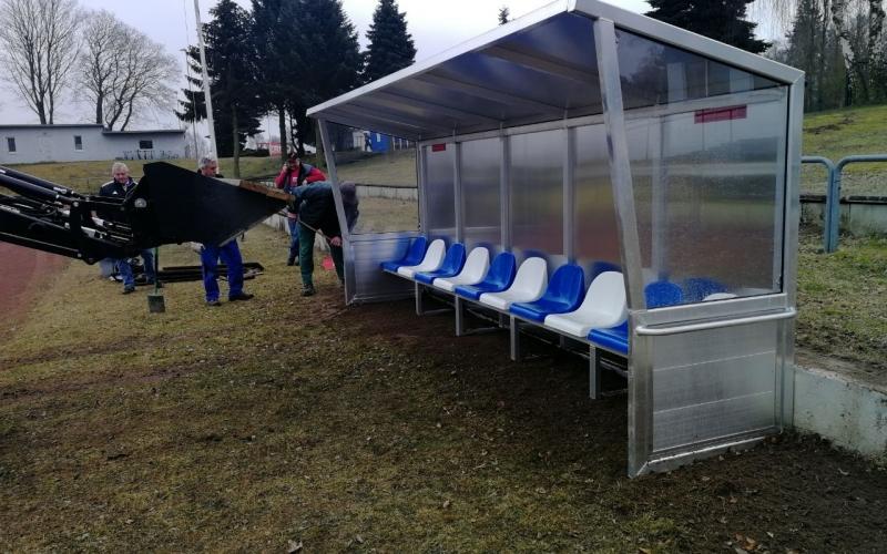Neue Trainerbänke im Stadion